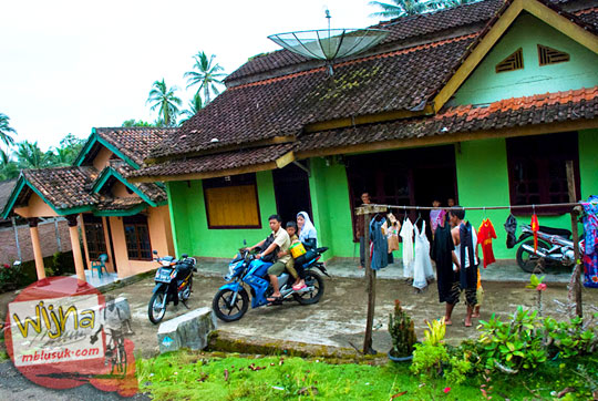 suasana perumahan warga di sepanjang jalan menuju kawasan wisata Air Terjun Kembar Lamuran di Tanggamus, Kotaagung, Lampung pada Maret 2015