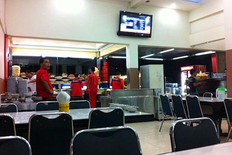 Rumah makan dan tempat makan terkenal di Padang yaitu Lamun Ombak yang populer dengan rendangnya