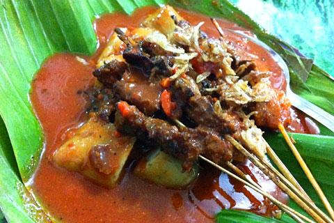 Sate Padang Dunia Laweh di Kota Padang di Jl. M. Yamin khas Pariaman dengan kuah merah pedas