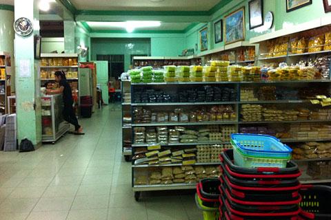 Daftar harga oleh-oleh di Toko Christine Hakim Padang yang populer di kalangan wisatawan lokal