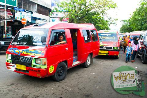 angkot arah ke Pasar Belimbing (Kuranji) menuju ke Air Terjun Lubuak Tampuruang (yang katanya) di kota Padang, Sumatra Barat