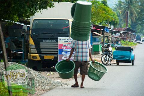 Penjual ember asongan di sekitar kecamatan Kuranji, Padang, Sumatera Barat