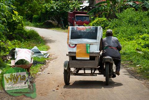 ojek menuju air terjun Lubuak Tampuruang sekitar kecamatan Kuranji, Padang, Sumatera Barat