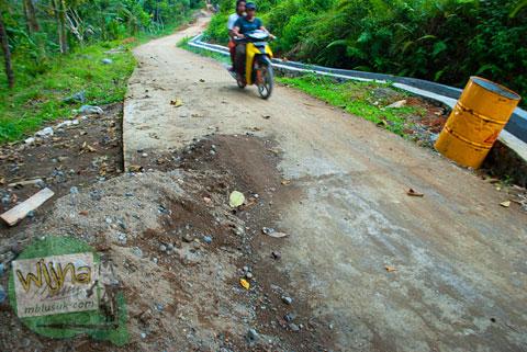 jalan beton mulus menuju air terjun Lubuak Tampuruang sekitar kecamatan Kuranji, Padang, Sumatera Barat