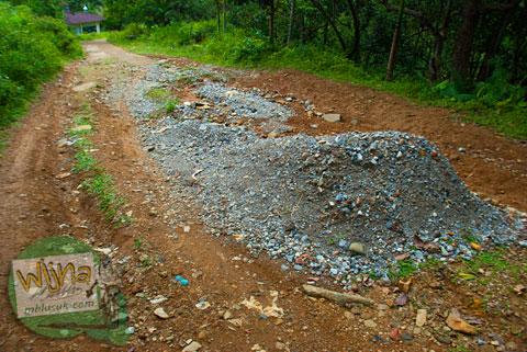 jalan rusak menuju air terjun Lubuak Tampuruang sekitar kecamatan Kuranji, Padang, Sumatra Barat
