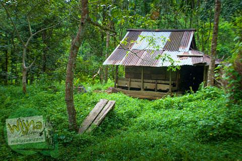 rumah tua berhantu di air terjun Lubuak Tampuruang sekitar kecamatan Kuranji, Padang, Sumatra Barat
