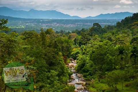pemandangan dari bukit di air terjun Lubuak Tampuruang sekitar kecamatan Kuranji, Padang, Sumatra Barat