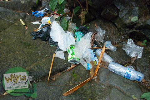 sampah di air terjun Lubuak Tampuruang sekitar kecamatan Kuranji, Padang, Sumatera Barat