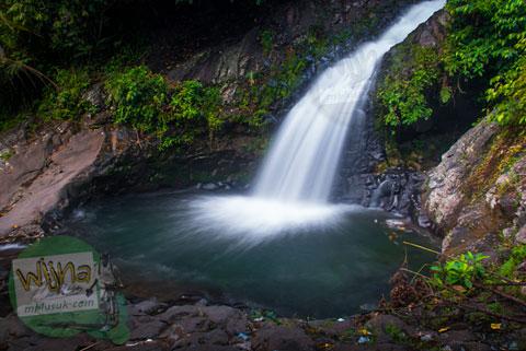 pemandangan indah air terjun Lubuak Tampuruang sekitar kecamatan Kuranji, Padang, Sumatra Barat