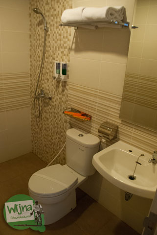 Suasana kamar mandi di hotel Sofyan Inn Rangkayo Basa, Padang