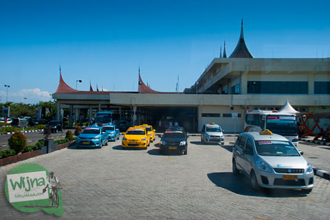 cerita kejahatan Armada taksi gelap di Bandara Internasional Minangkabau, Padang, Sumatra Barat