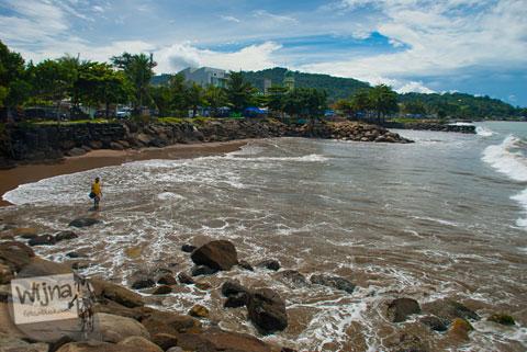 Suasana siang hari di Pantai Padang