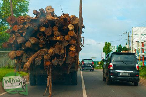 Kondisi jalan raya penuh truk dari Palembang menuju Air Terjun Bedegung (Curup Tenang) di Sumatra Selatan