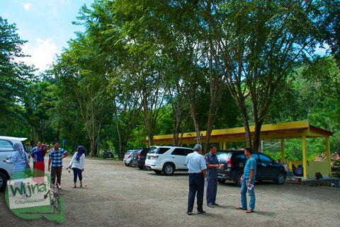 Area parkir kendaraan di lokasi wisata Air Terjun Bedegung (Curup Tenang) di Sumatra Selatan