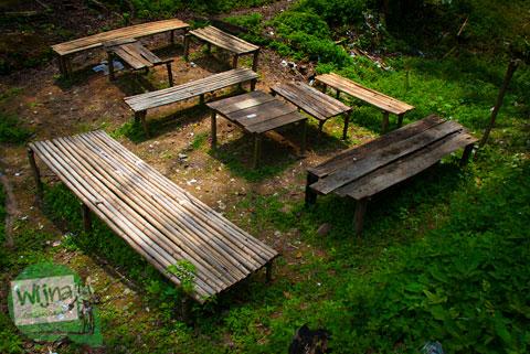 bangku dan meja untuk piknik rekreasi di kawasan wisata Air Terjun Bedegung (Curup Tenang) di Sumatra Selatan