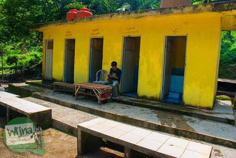 kamar mandi di seputar kawasan wisata Air Terjun Bedegung (Curup Tenang) di Sumatra Selatan