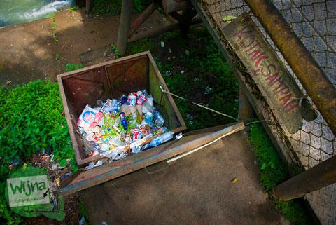 tempat sampah berukuran besar di Air Terjun Bedegung (Curup Tenang) di Sumatra Selatan