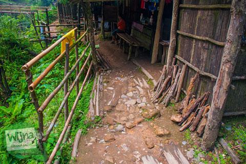 warung-warung kumuh dan tidak terawat di kawasan wisata Air Terjun Bedegung (Curup Tenang) di Sumatra Selatan