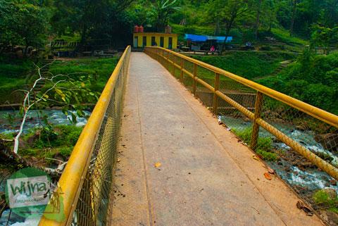 Foto jembatan kuning yang ada di kawasan Air Terjun Bedegung (Curup Tenang) di Sumatra Selatan