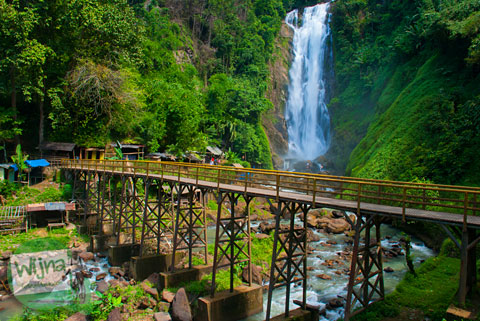 jembatan cantik untuk selfie di lokasi Air Terjun Bedegung (Curup Tenang) di Sumatra Selatan