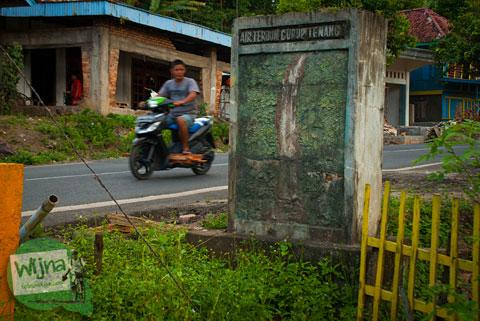 Gapura batu penanda lokasi wisata Air Terjun Bedegung (Curup Tenang) di Sumatra Selatan