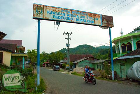 Gerbang masuk ke area obyek wisata Air Terjun Bedegung (Curup Tenang) di Sumatra Selatan