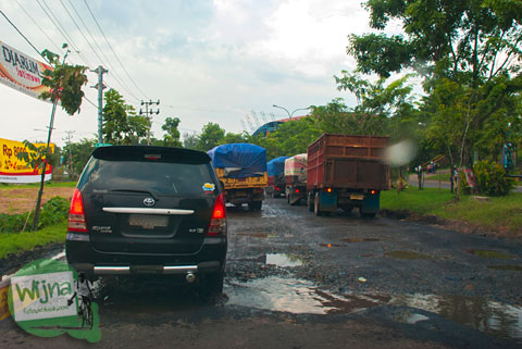 Jalan rusak parah di depan GOR Muara Enim arah ke Air Terjun Bedegung (Curup Tenang) di Sumatra Selatan