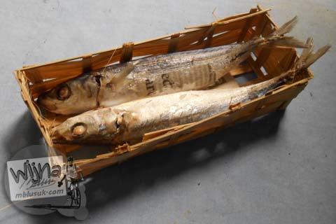 bentuk ikan pindang jawa yang biasa dijual di pasar dalam kemasan anyaman bambu (besek) harganya 2500 rupiah satu keranjang