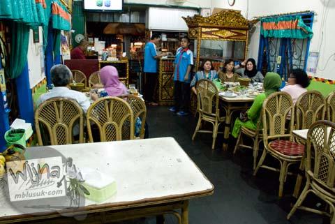 suasana makan di dalam rumah makan pindang palembang musi rawas yang terkenal dan enak