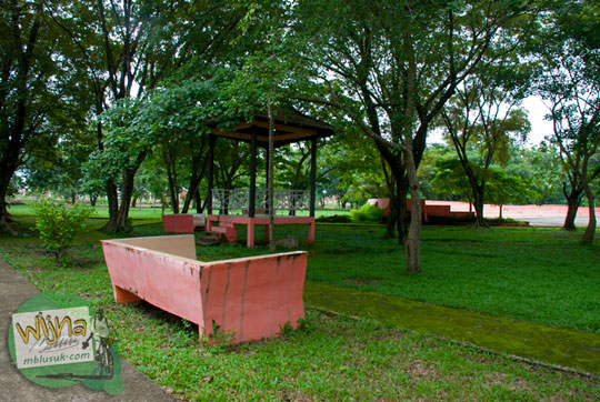 Bangku taman Purbakala Kerajaan Sriwijaya Palembang dinaungi oleh pepohonan rindang