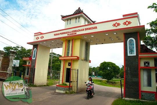 Gerbang Masuk ke Taman Purbakala Museum Sriwijaya Palembang