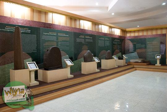 Berbagai macam koleksi replika prasasti milik Museum Purbakala Kerajaan Sriwijaya Palembang