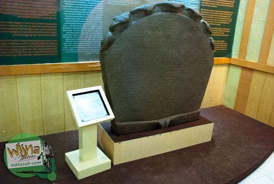 Replika Prasasti Telaga Batu yang jadi koleksi Museum Sriwijaya Palembang