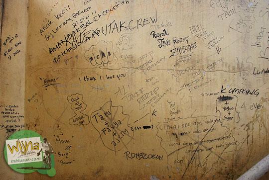 Corat-coret aksi vandalisme merusak tembok bangunan Museum Sriwijaya Palembang