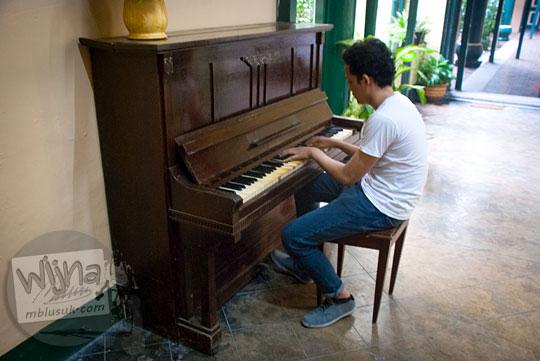 Warga melayu bermain piano yang ada di Rumah Tjong A Fie, Medan pada September 2014