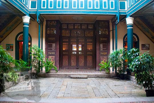 Filosofi makna feng shui ruang tengah yang terbuka di Rumah Tjong A Fie, Medan pada September 2014