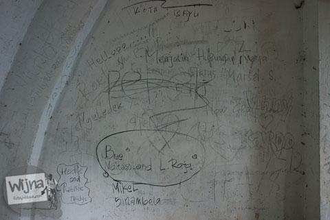 coretan-coretan cinta aksi vandalisme di dinding bekas restoran tua yang ada di wilayah kota medan sumatera utara