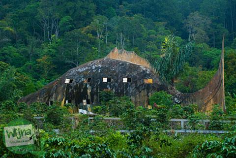 penampakan bangunan tua terlantar berbentuk replika Ikan Sipolha di dekat danau Toba
