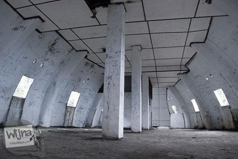 suasana dan kondisi lantai dua di bekas bangunan restoran berbentuk ikan mas di dekat danau toba