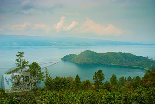 Bukit Punuk unta berlatar danau toba dilihat saat perjalanan menuju Air terjun Sipiso-Piso pada tahun 2014