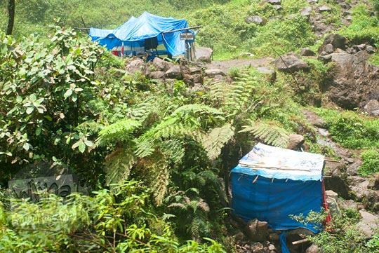 Bilik berganti pakaian ala kadarnya di kawasan Air terjun Sipiso-Piso, Tongging pada tahun 2014