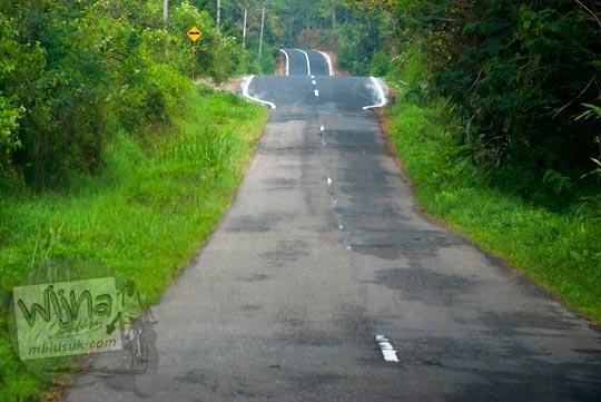 Perbatasan jalan hutan lama dan jalan baru dari Danau Toba menuju Air terjun Sipiso-Piso, Tongging pada tahun 2014
