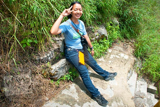 Pengunjung kelelahan meniti ribuan anak tangga Air terjun Sipiso-Piso, Tongging pada tahun 2014