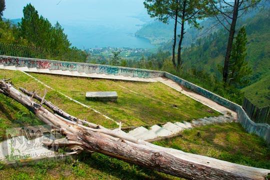 Taman indah bersih sepi di kawasan wisata Air terjun Sipiso-Piso pada tahun 2014 cocok sebagai tempat pacaran
