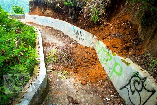 Tanah longsor di sepanjang jalan setapak menuju Air terjun Sipiso-Piso di tahun 2014