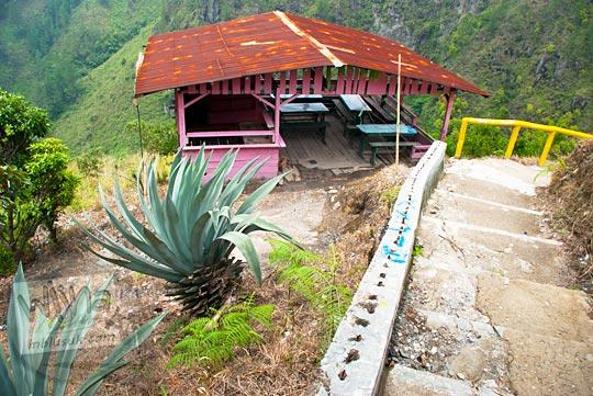 Warung tak berpenghuni di tengah perjalanan menuju dasar Air terjun Sipiso-Piso, Tongging pada tahun 2014