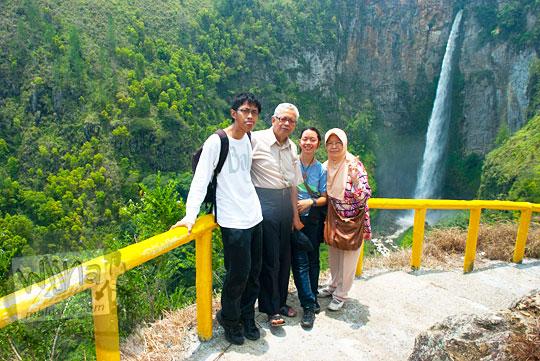 Wisata keluarga Batak di Air terjun Sipiso-Piso, Tongging pada tahun 2014