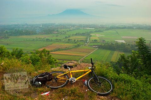 Bersepeda ke Spot Riyadi di Prambanan, Yogyakarta untuk hunting foto sunrise kabut berlatar Gunung Merapi