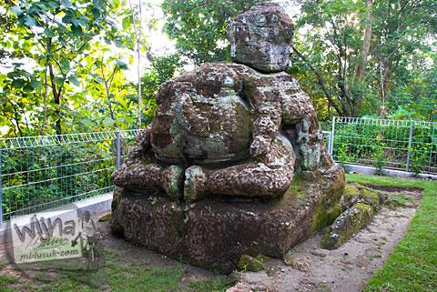 Tampak muka sisi depan Arca Ganesha berukuran raksasa yang tersembunyi di dalam hutan Dusun Dawangsari di Prambanan, Yogyakarta