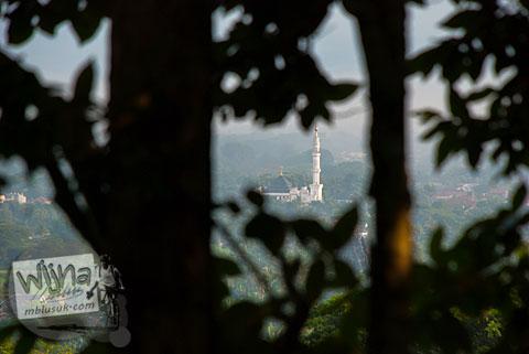 Masjid Al-Muttaqun terlihat dari ketinggian di puncak bukit hutan Dusun Dawangsari di Prambanan, Yogyakarta